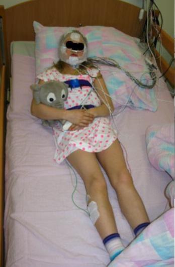 Przygotowanie pacjenta do badania polisomnograficznego (fot. dzięki uprzejmości dr. n. tech. J. Radlińskiego)