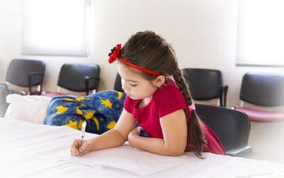 Dziewczynka pisze na kartce