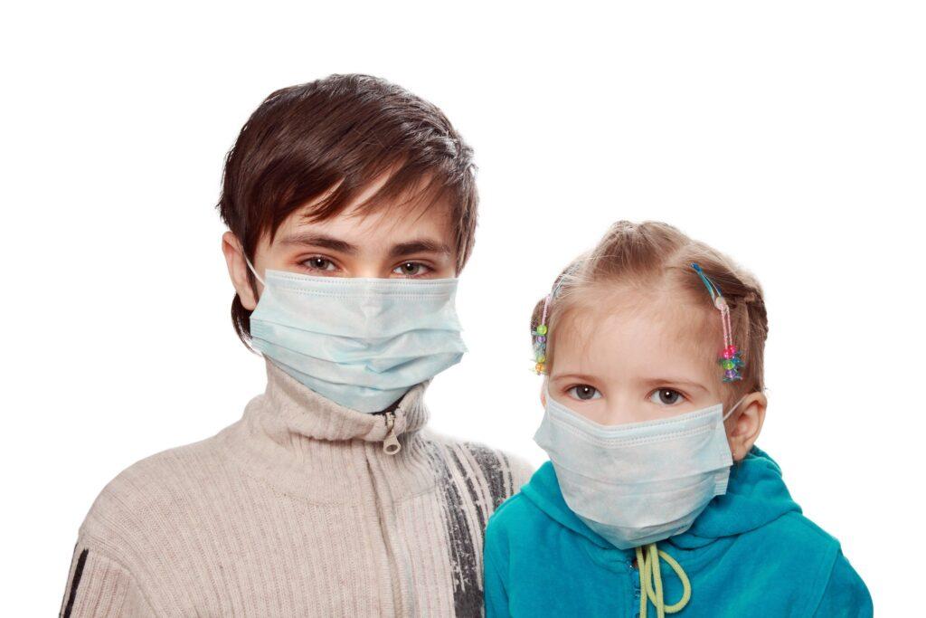 Chłopiec z dziewczyną w masce ochronnej (Fot. Zoonar RF)