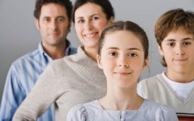 Portret uśmiechniętej rodziny